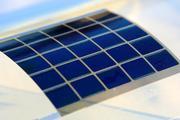 Integration eines organischen Solarmoduls auf einer gekrümmten Oberfläche. (Foto: Alexander Colsmann)