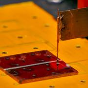 Glas-Substrat mit Solarzellen aus flüssig-prozessiertem Silizium im Sonnensimulator, in dem der Wirk ... Quelle: Forschungszentrum Jülich